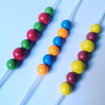 Fädelspiel für Kleine: Farben und Reihenfolge
